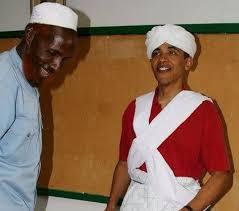 Obama mengenakan pakaian tradisional Arab ketika berkunjung ke Kenya