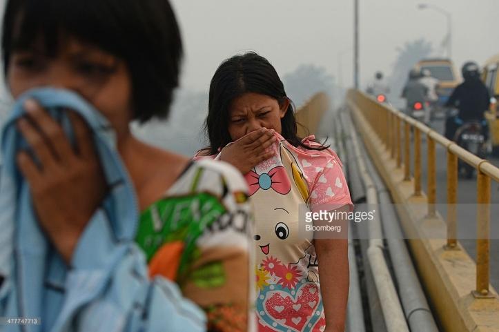 Polusi asap menyelimuti jembatan Siak di Pekanbaru, Riau  7 Maret, 2014. Photographer: Dimas Ardian/Bloomberg