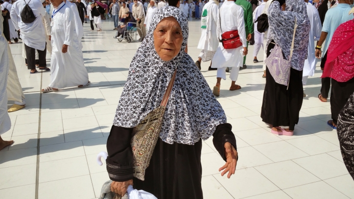Fatma harus bersabar sampai ulang tahunnya yang ke 95 untuk naik Haji. Bersama anak perempuannya, Fatma datang dari Algeria.