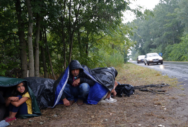 Pengungsi Suriah tidur  dengan kantong tidur di pinggir jalan dekat Asotthalom, Hongaria. Mereka masuk secara illegal dari Serbia, 27 Juli  2015. REUTERS/Laszlo Balogh