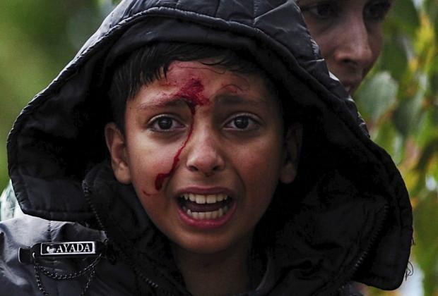 Seorang anak perempuan menangis setelah menyeberangi perbatasan Yunani menuju Gevgelija, Makedonia,  22 Agusts 2015. Ribuan pengungsi yang menuju Eropa harus menghadapi rintangan dari polisi.  REUTERS/Ognen Teofilovski