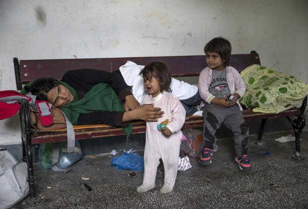 Anak-anak pengungsi dari Afghanistan beristirahat di kota Presevo, Serbia 24 Agustus  2015. REUTERS/Marko Djurica