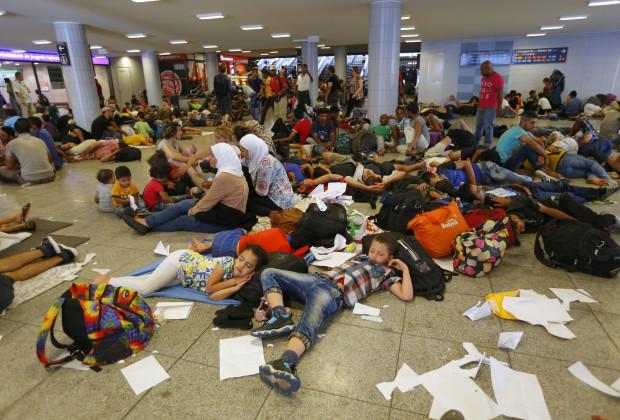 Pengungsi istirahat di stasiun bawah tanah di Budapest Hongaria, 1 September 2015. REUTERS/Laszlo Balogh