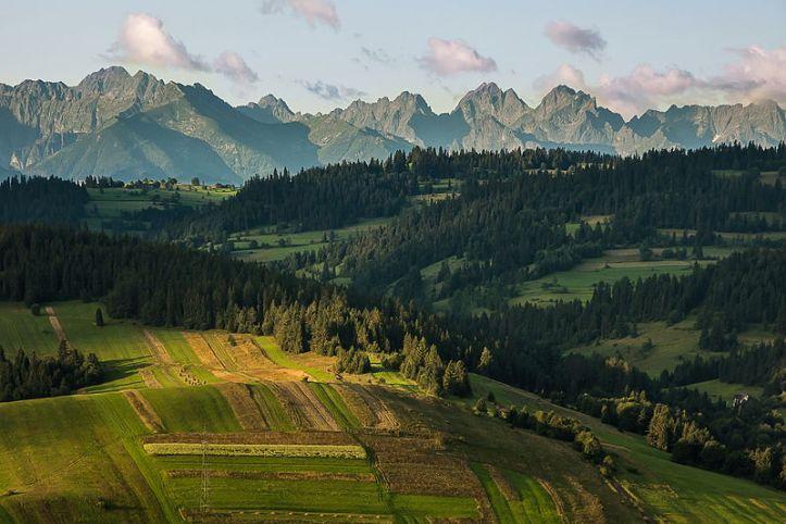 10. Barisan pegununganTatras dipotret dari wilayah Polish Spisz, di Taman Nasional Tatra, Lesser Voivodeship, Polandia. By Łukasz Śmigasiewicz [CC BY-SA 3.0 pl license], via Wikimedia Commons
