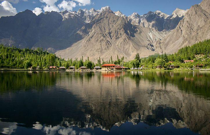 Danau Lower Kachura tempat wisata sangat populer di Central Karakoram National Park, Skardu, Pakistan. Wiki Loves Earth 2015 winning picture. By Zaeemsiddiq, freely licensed under CC-BY-SA-3.0, via Wikimedia Commons